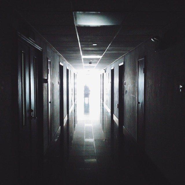 hallway-867226_640.jpg